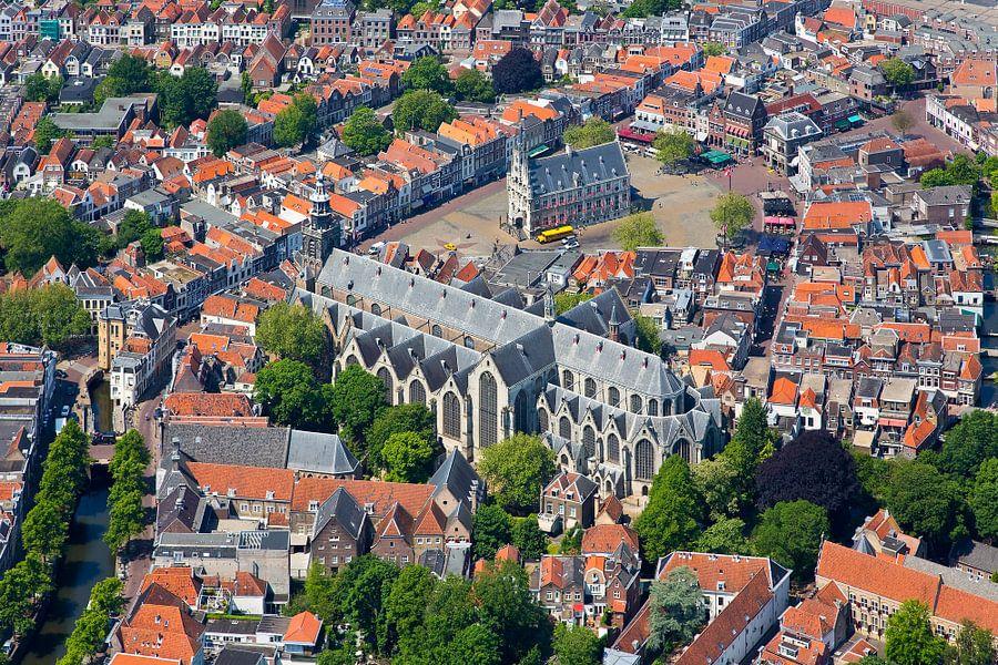 Luchtfoto Sint Janskerk en stadhuis Gouda