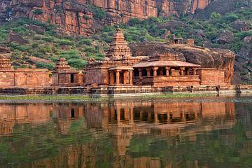 Tempel am See Agastya in Badami von Peter Schickert