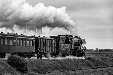 Alte Dampfeisenbahn fährt auf dem Land von Sjoerd van der Wal