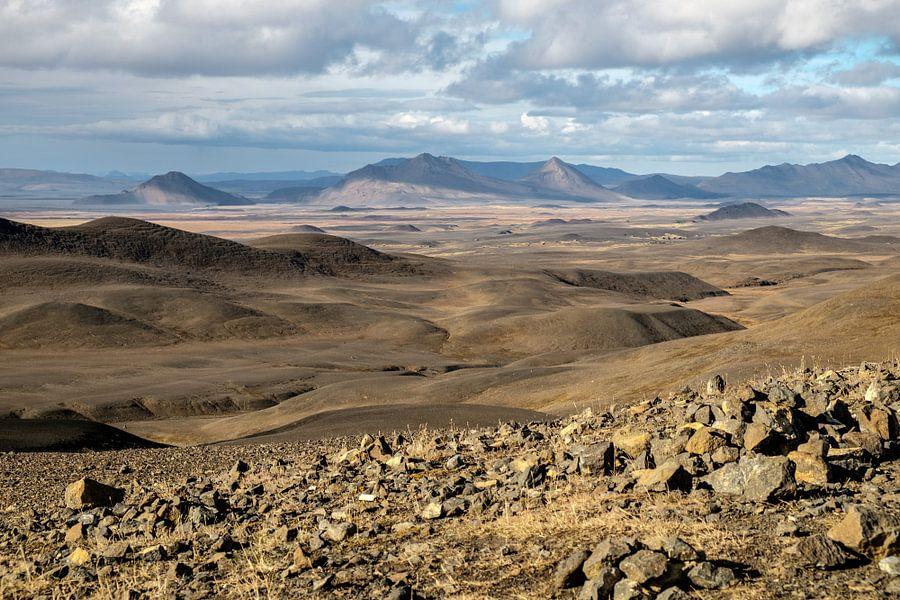 Uitzicht over Möðrudalur in Noord IJsland van Gerry van Roosmalen