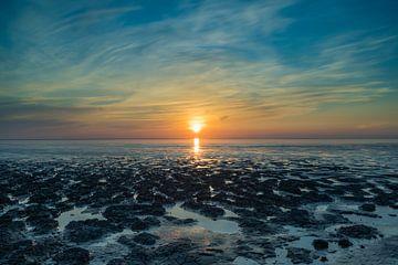 Zonsondergang boven de Waddenzee bij eb van Norbert Versteeg