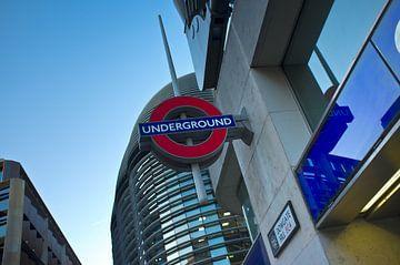 Op deze plek is de ingang voor de ondergrondse metro om te reizen in londen van Rene du Chatenier
