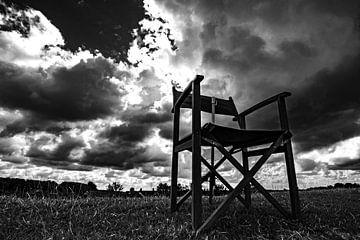 Regisseurstoel zwart/wit. Hollandse lucht. sur Frank Slaghuis