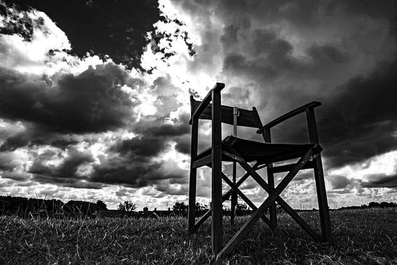 Regisseurstoel zwart/wit. Hollandse lucht.