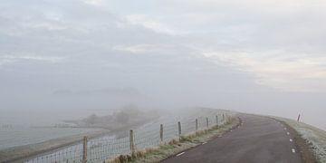 Brouillard sur la digue en coquillage sur Nathalie Pol