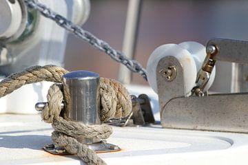 Bolder met touw  van een boot. van Jacqueline Gerhardt