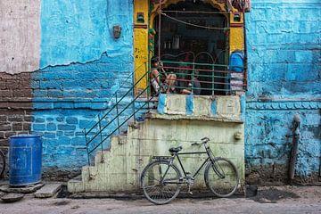straatbeeld van de Blue City Jodhpur in Jodhpur, India. van Tjeerd Kruse