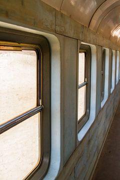 trein wagon spoor raam rail van Mario Driessen