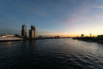 Skyline Rotterdam vanaf de Erasmusbrug bij nacht