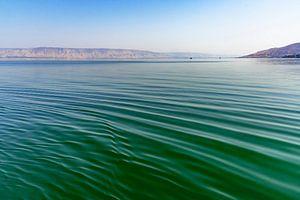 Close-up van het helder water in de zee van Tiberias (zee van Galilea ) in Israël