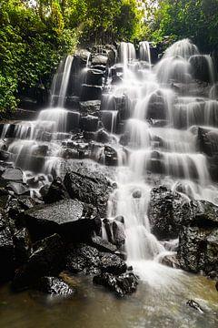 Kanto Lampo Waterval Ubud Bali Indonesië van Juliette Laurant