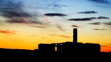 Silhoette einer Hausruine im Sonnenuntergang von videomundum