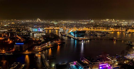 Amsterdam bij avond. van Don Fonzarelli