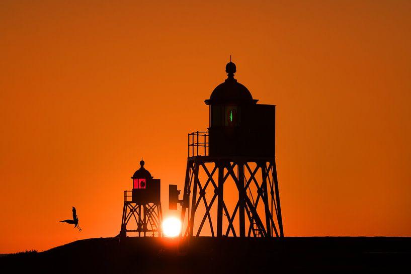 Zonsondergang  bij de haven van Stavoren tussen de twee vuurtorens in. van Harrie Muis
