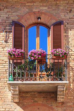 Balcon fleuri à San Gimignano, Italie sur Henk Meijer Photography