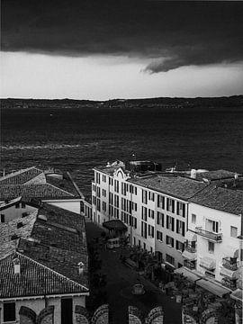 Schwarze und weiße Gasse in Italien von Sander van Driel