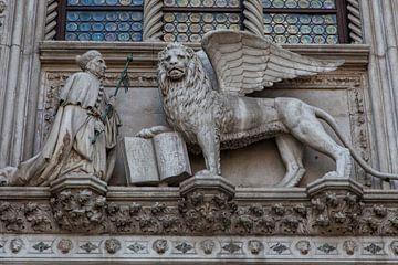 Leeuw met bijbel boven ingang dogen paleis van Joost Adriaanse