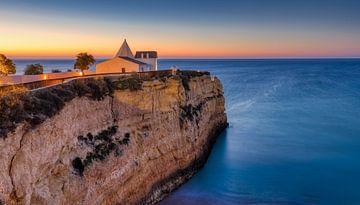Kapel aan de kust van Algarve van Adelheid Smitt