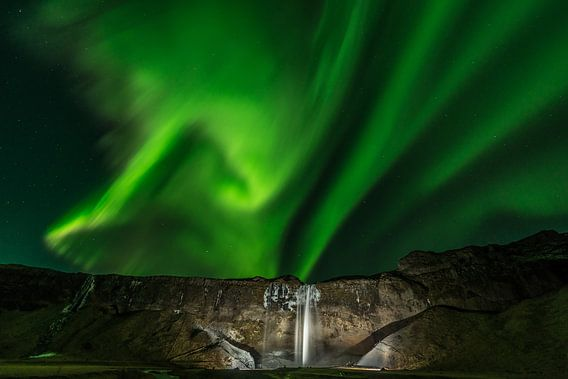 Aurora Borealis boven Seljalandsfoss van Gerry van Roosmalen