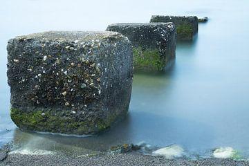 Betonblokken welke de zee inlopen von Jan van der Vlies