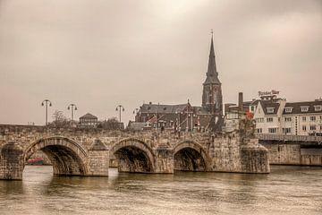 Uitzicht op de Maas bij Maastricht met op de achtergrond de Sint Servaasbrug  van