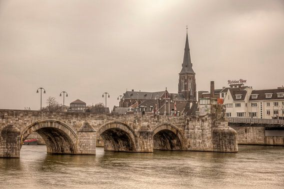 Uitzicht op de Maas bij Maastricht met op de achtergrond de Sint Servaasbrug  van John Kreukniet