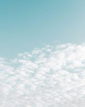 Zwei Flugzeuge fliegen durch die Wolkendecke von Mick van Hesteren