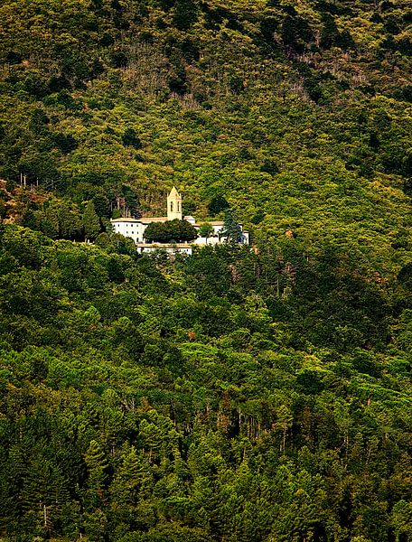 Italiaanse heuvel met klooster van Paul Teixeira