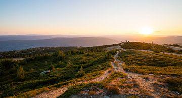 Uitzicht tijdens de zonsondergang over de Hafjelltoppen in Noorwegen von de Videomakers