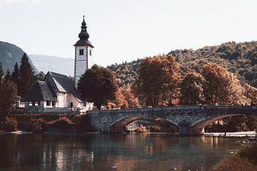 St. John the Baptist's Church bij het meer van Bohinj, Slovenië, herfstkleuren van Steven Marinus