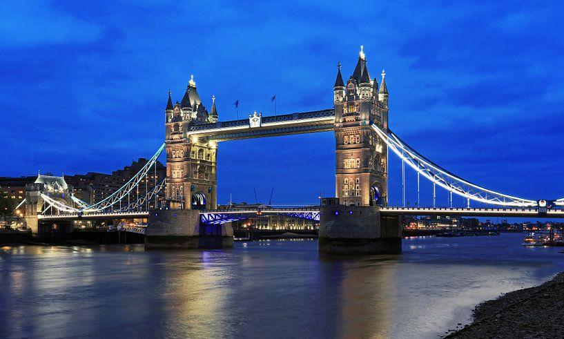 London Tower Bridge over de Theems op het blauwe uur van Frank Herrmann