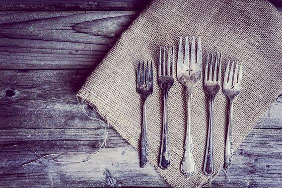 Zilveren bestek op servet houten tafel van boven gezien