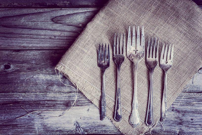 Zilveren bestek op servet houten tafel van boven gezien van BeeldigBeeld Food & Lifestyle
