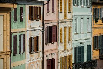 Sfeervolle gevels op een italiaans pleintje van Patrick Verhoef