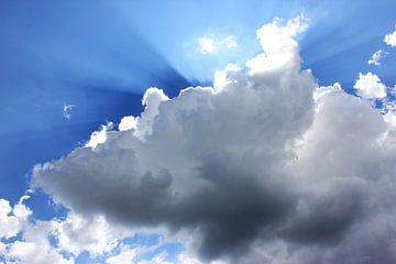 Zon straalt scherp langs de wolken. van Fabian Engelsman