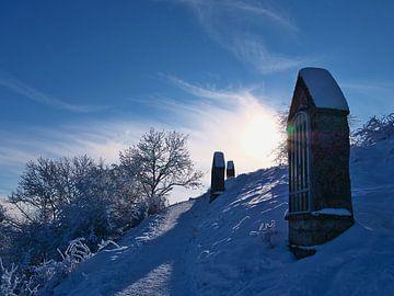 Kruiswegstaties van de Salmendingen-kapel op de Schwäbische Alb in de winter van Timon Schneider