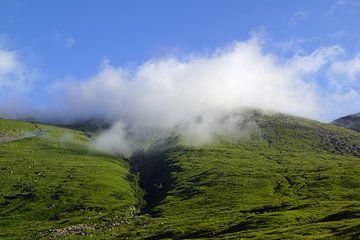 Nebel über dem Berg im Glen Etive. von Babetts Bildergalerie