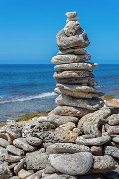 Gestapelte Steine als Symbol am Strand in Meeresnähe auf der Insel Bonaire von Ben Schonewille