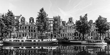Bateaux fluviaux dans le Prinsengracht à Amsterdam / noir et blanc sur Werner Dieterich
