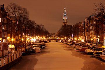Amsterdam enneigée aux Pays-Bas avec l'église occidentale la nuit sur Nisangha Masselink