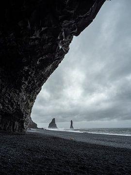 Reynisdrangar-Felsen an einem grauen Tag bei Vík, Island von Teun Janssen