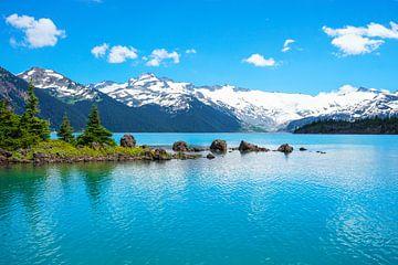 strahlendes Türkises Wasser am Garibaldi Lake in British Columbia in Kanada von Leo Schindzielorz