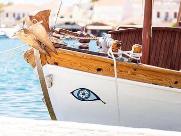 Griekse vissersboot met geluksoog von Victor van Dijk