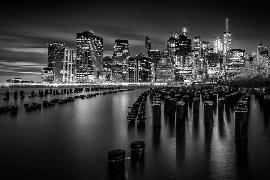 Manhattan Skyline bij zonsondergang | zwart-wit van Melanie Viola