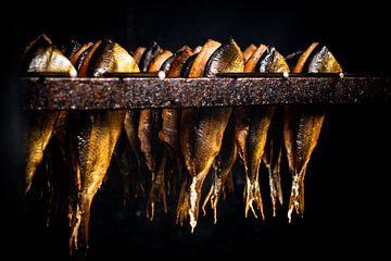 Traditioneel vers gerookte vis in rokers oven van Fotografiecor .nl