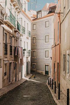 Sfeervolle straten in Lissabon, portugal van Manon Visser