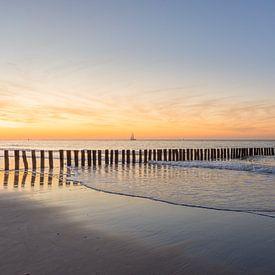 Ein stimmungsvoller Sonnenuntergang am Strand von Cadzand-Bad von John van de Gazelle