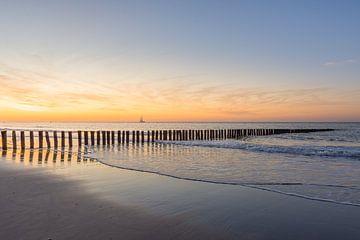 Een sfeervolle zonsondergang op het strand van Cadzand-bad van John van de Gazelle