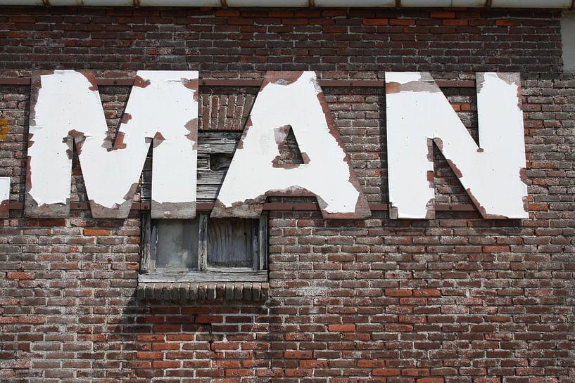 Man (tekst op gebouw in de haven van Harlingen van Jetty Boterhoek