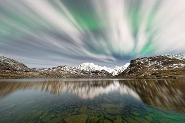 Aurora borealis boven een bergketen